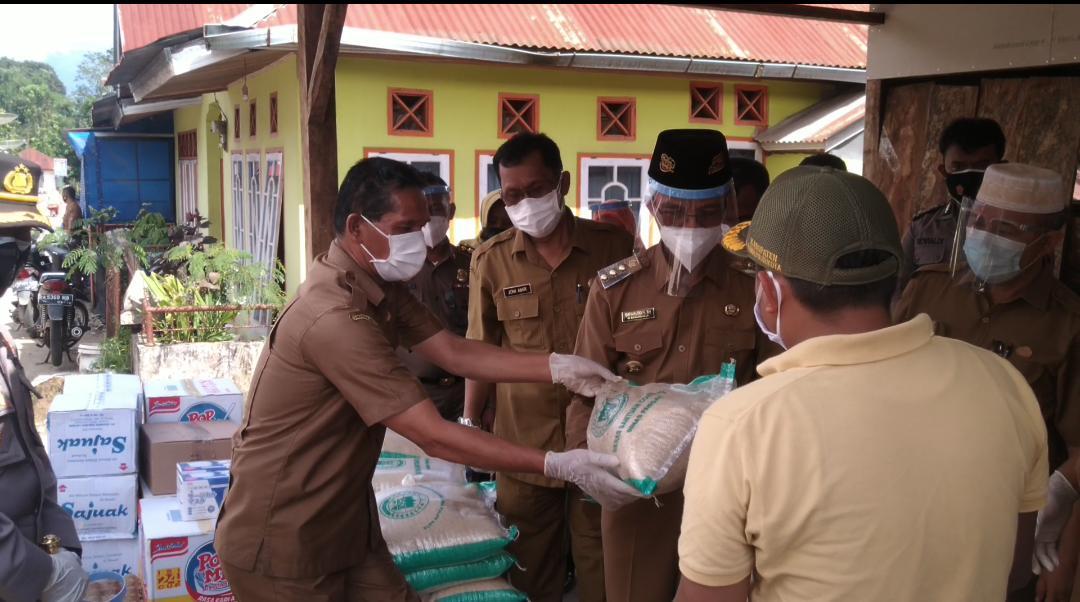 Pemberian bantuan beras dari Dinas Pangan ke Nagari Durian Gadang Kecamatan Akabiluru Kabupaten Lima Puluh Kota yang terdampak Covid-19